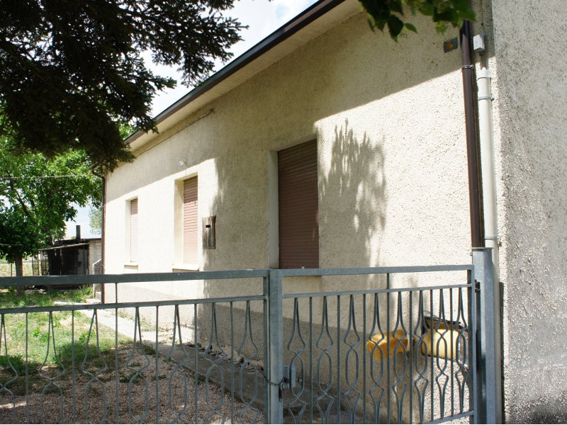 Studio longetti in vendita casa con annessi e terreno - Casa abusiva su terreno agricolo ...